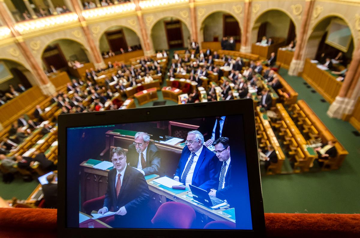 Parlament címlap (Array)