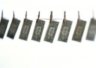 Pénzmosás (Array)