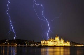 Vihar Budapesten (Array)