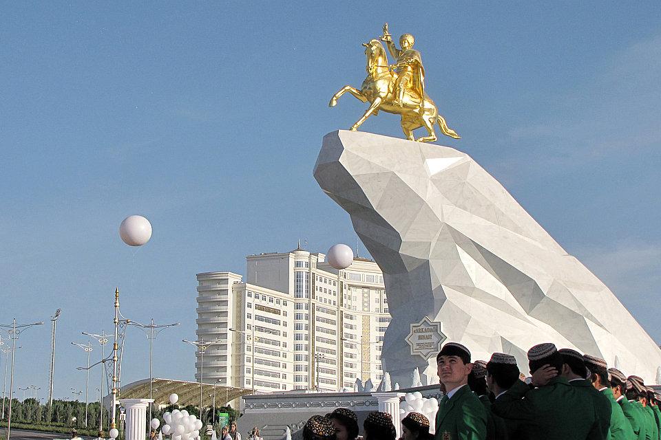 berdimuhamedov szobor (Array)