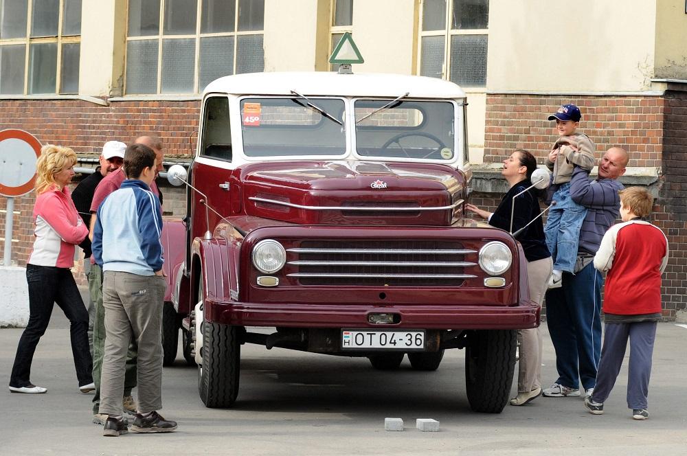 csepel teherautó (Array)