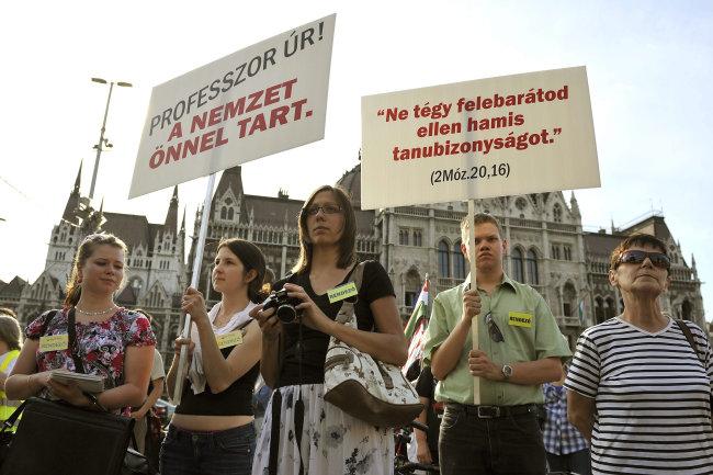 élőlánc magyarországért tüntetés (Array)
