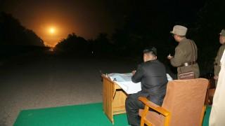 kim dzsong un rakétaindítást tekint meg (Array)