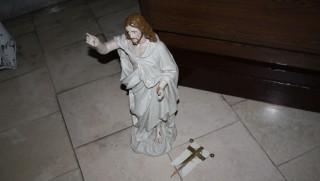 megrongált jézus szobor (Array)