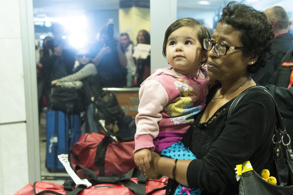 nepáli földrengés - kimenekített család (Array)