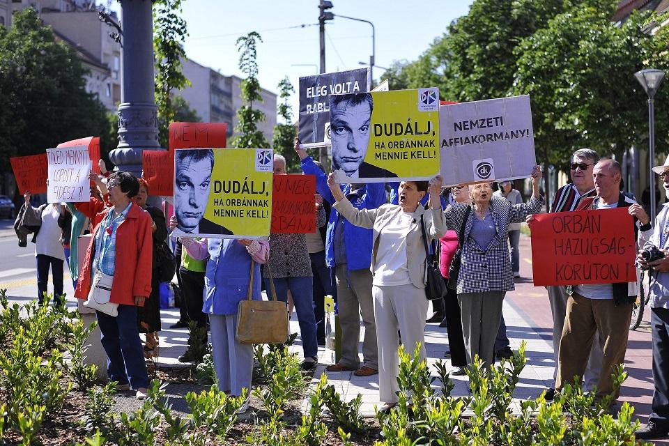 orbán debrecen tüntet (Array)