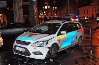 összetört rendőrautó (Array)