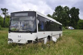szántóföldre sodródott busz (Array)