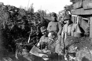 újság olvasás, VH, Est, hírlap, katona, lövészárok,  (Array)