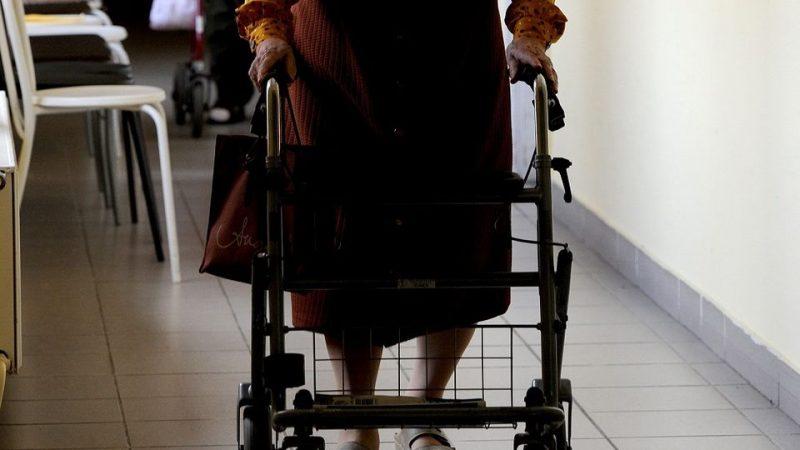 Idős nő járókerettel (Array)