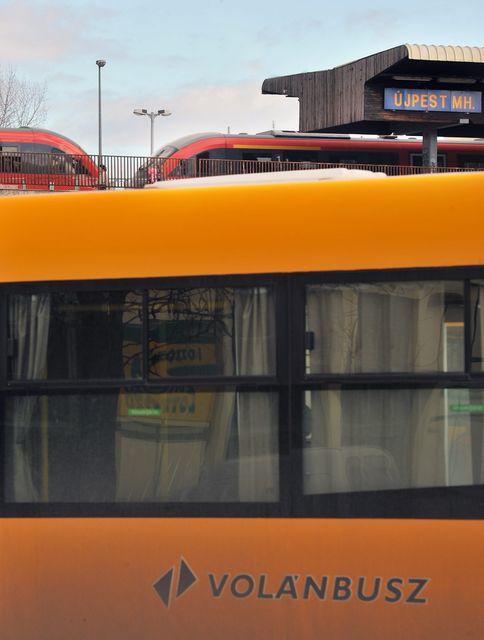 Késnek a volánbuszok a 10-es főúton (Array)