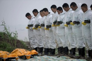 Siratják a kínai áldozatokat (Array)