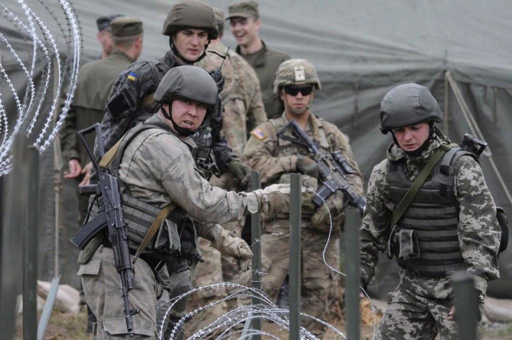 Ukrán és amerikai katonák (Array)
