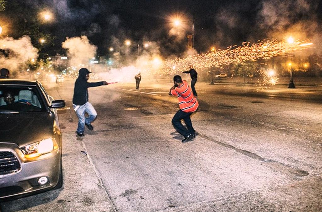 bandaháború tűzijátékkal (Array)