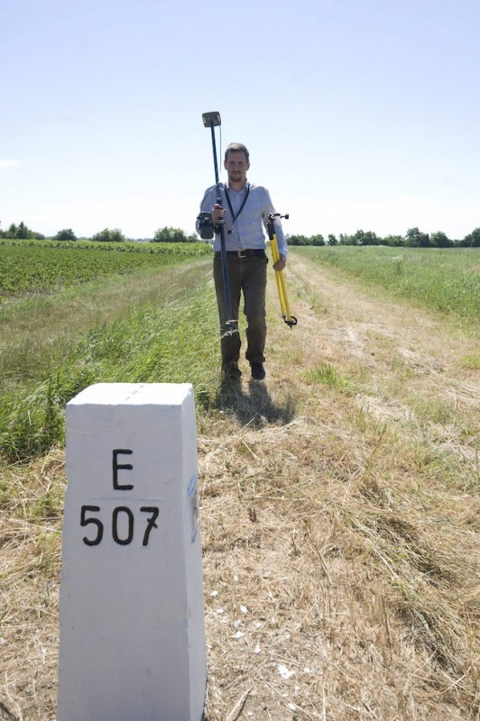 földmérő a magyar-szerb határnál (Array)