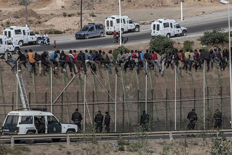határ menekült (Array)