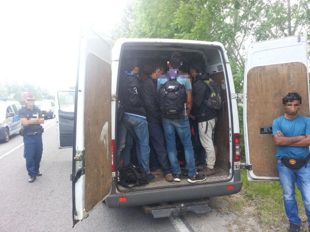 határsértők a furgonban (Array)
