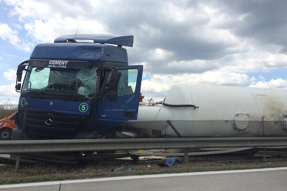kamion, M0, baleset (Array)