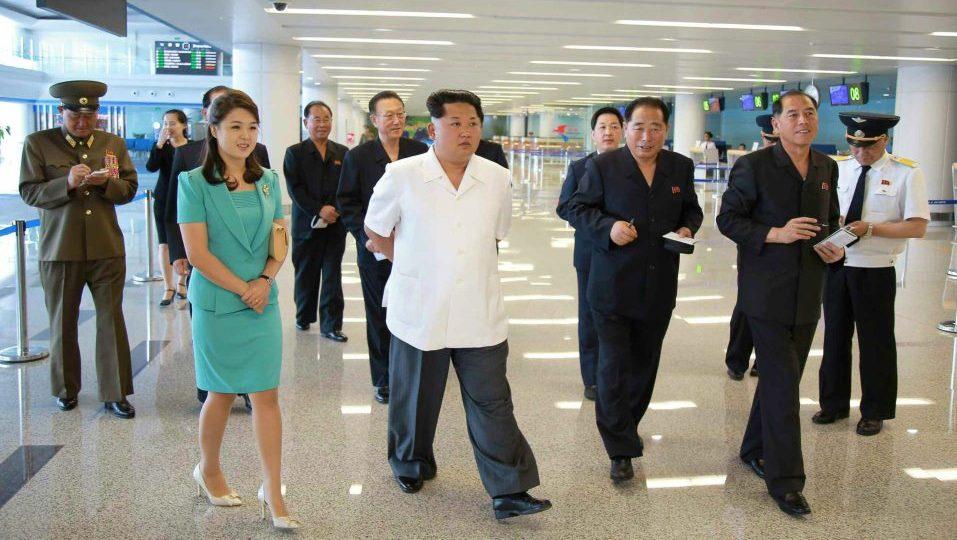 kim dzsong un repülőteret ad át (Array)
