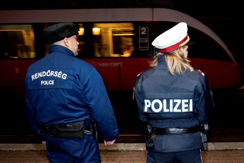magyar és osztrák rendőr (Array)