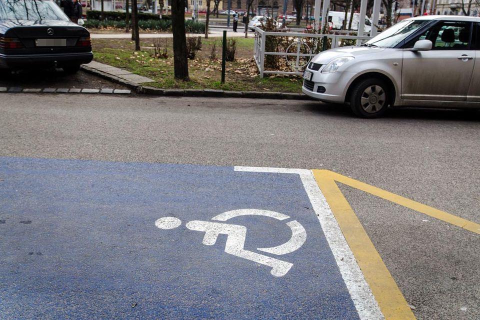 mozgássérült parkoló (Array)