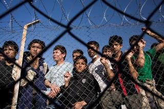 szögesdrót kerítés menekültek (Array)