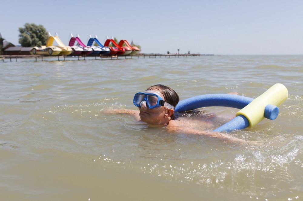 úszó gyerek (Array)