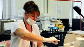 Budapest, 2011. szeptember 7.Ternayné Osvald Magdolna vérmintát készít elő DNS vizsgálatra a Bűnügyi Szakértői Kutatóintézet (BSZKI) Genetikai Osztályának preparáló laboratóriumában. Az intézmény jogelődjének, a Bűnügyi Technikai Intézetnek 1961-ben történt megalapításával kezdődött meg Magyarországon a modern kriminalisztikai vizsgálatok alkalmazása. A most ötvenéves kutatóintézetben 168 munkatárs dolgozik: orvosok, mérnökök, biológusok, vegyészek, fizikusok, technikusok, asszisztensek, különböző szakterületek specialistái végeznek igazságügyi szakértői munkát.MTI Fotó: Manek Attila
