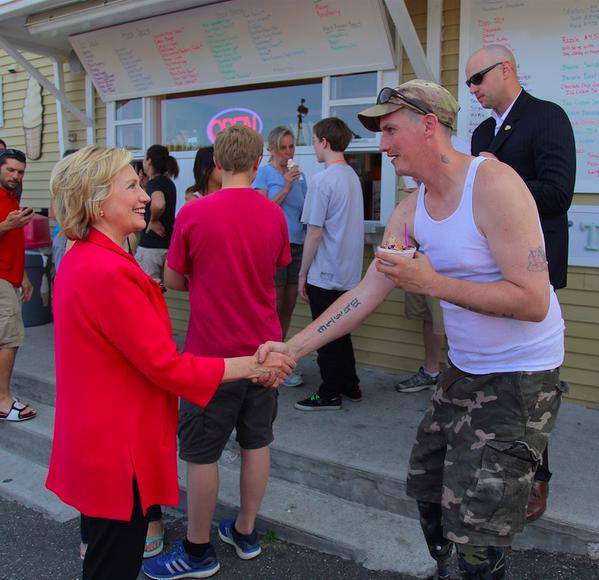 Hillary Clinton kezet fog (Array)