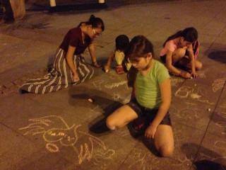 Menekült gyerekek rajzolnak (Array)
