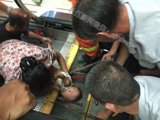 Mozgólépcsőbe szorult gyerek (Array)