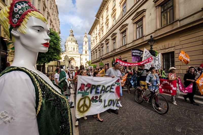 Tüntetés (Array)