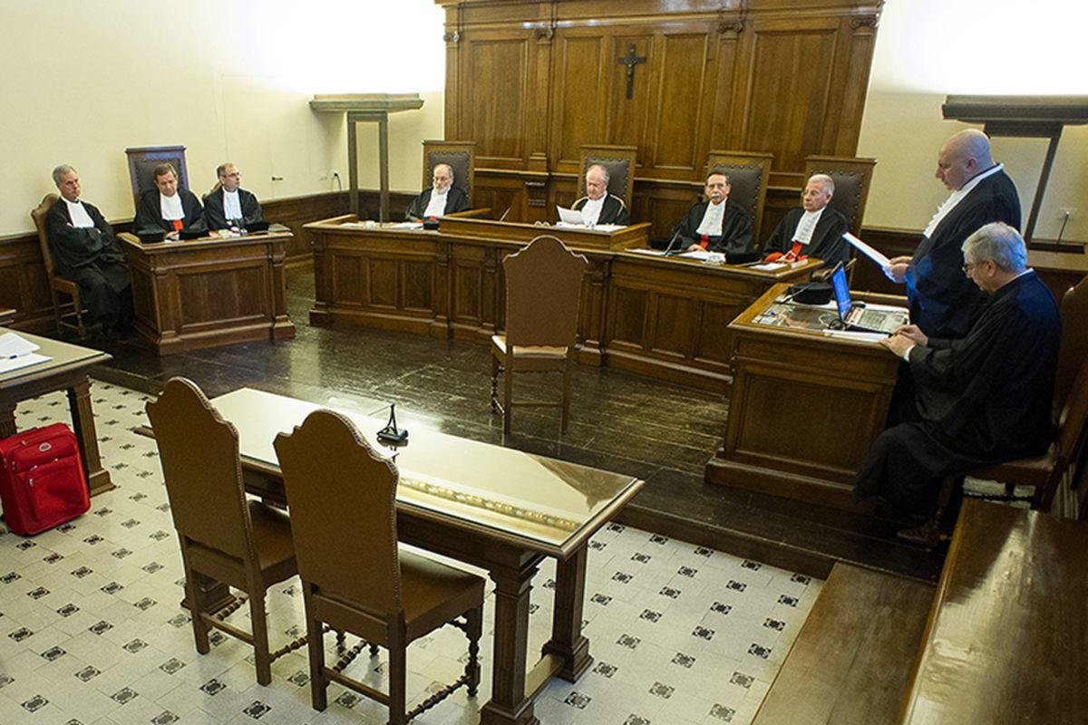 Vatikáni bíróság (Array)