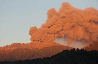 Vulkánkitörés Indonéziában (Array)