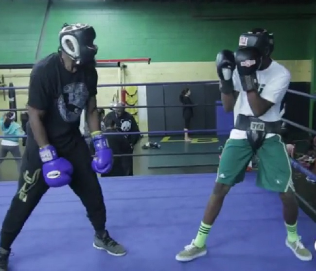 az apja bokszolni tanítja a fiát (Array)