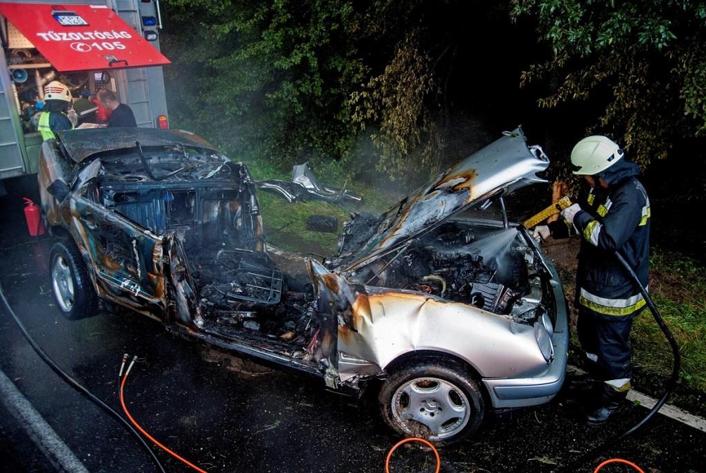 kigyulladt autó (Array)