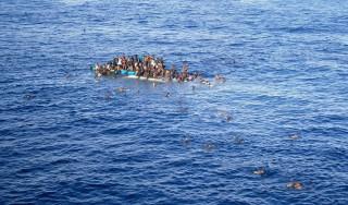 menekült a tengeren (Array)
