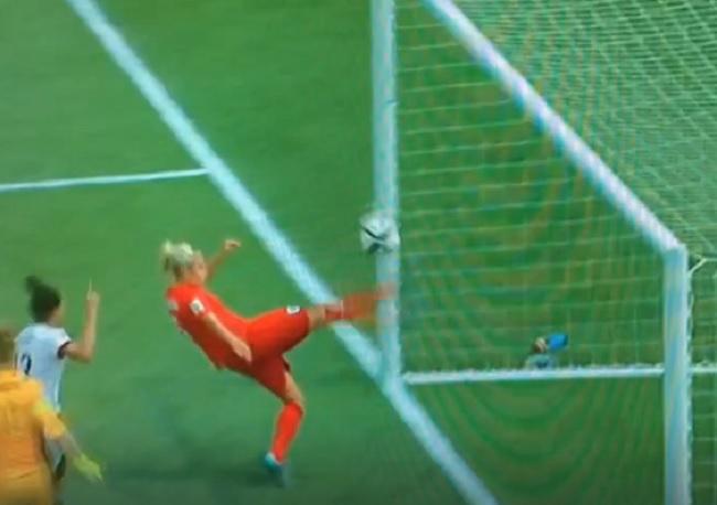 óriási mentés a női focistától (Array)