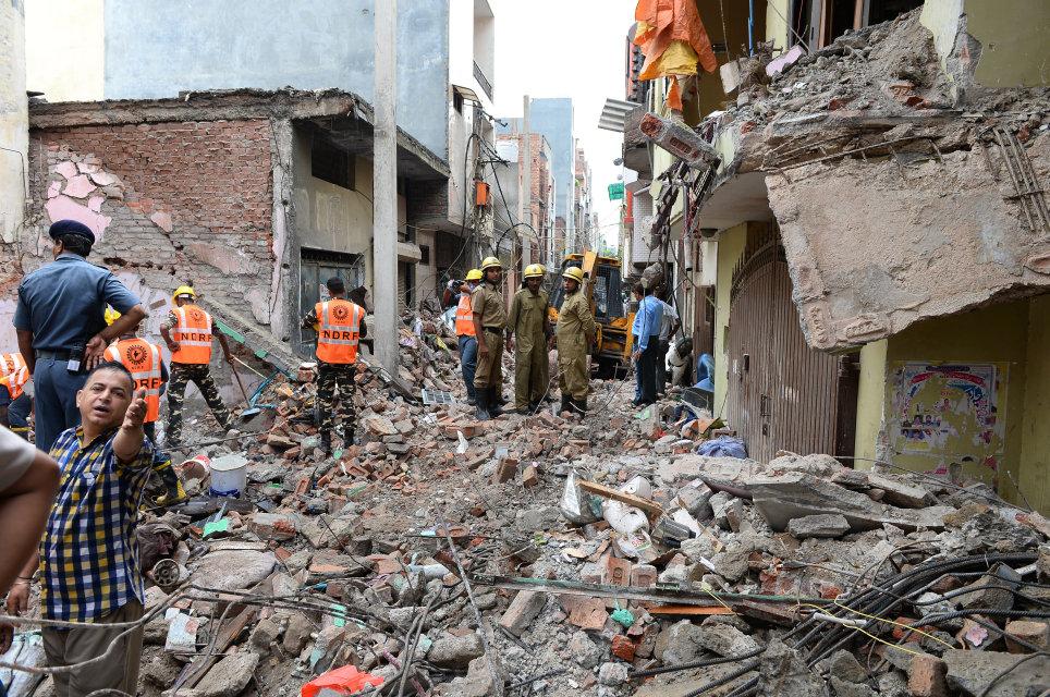 összedőlt ház indiában (Array)
