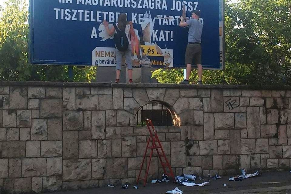 plakátrongálás (Array)