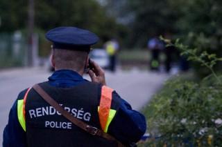 rendőr telefonál (Array)