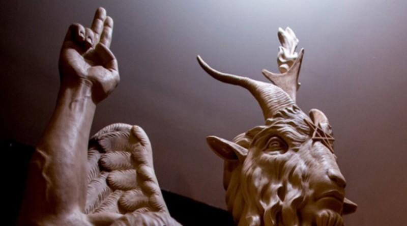 sátánista szobor (Array)