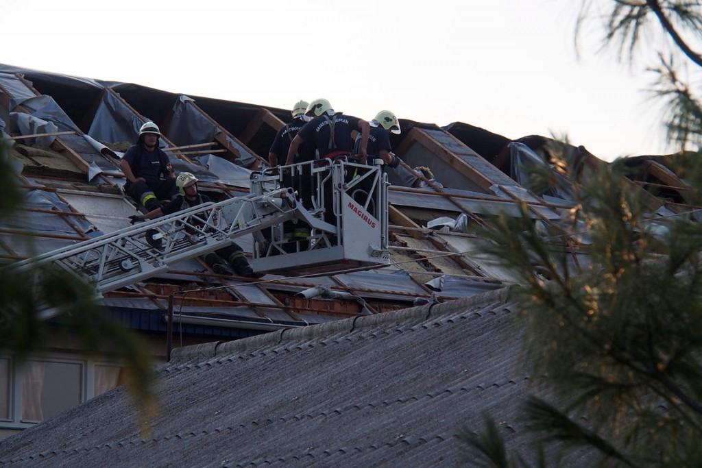 tűzoltók a megrongált tetőn (Array)