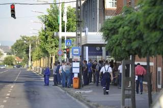 Budapest, 2015. augusztus 27.Emberek állnak a Richter Gedeon Gyógyszergyár budapesti X. kerületi Gyömrői úti üzeme előtt 2015. augusztus 27-én. A gyár területén robbanás történt, miután a munkások egy kisebb méretű tartályt bontottak, amelyben korábban metanolt tároltak. A tartály berobbant, egy ember megsebesült. A tűzoltók százméteres sugarú körben lezárták az érintett területet.MTI Fotó: Mihádák Zoltán