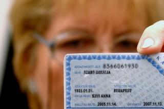 Budapest, 2005. október 6.A Start kártya. Október elejétől már igényelhető a pályakezdők munkavállalását segítő Start kártya. Az adóhatóságnál kiváltható kártyán az adóazonosító jel, a pályakezdő neve, személyes adatai, a kiállítás és az érvényesség ideje szerepel. A kártya kiváltástól számított két évig érvényes. A kedvezményt csak a 25 év, illetve felsőfokú végzettségnél 30 év alatti dolgozó igényelheti. A fiatal több munkaadónál is dolgozhat, azaz több helyen is érvényes a járulékkedvezmény. MTI Fotó: reprodukció