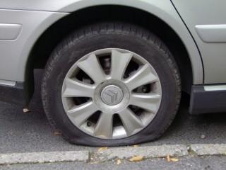 kiszúrt autógumi (Array)
