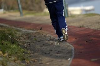 Budapest, 2013. december 10. Futó a margitszigeti futópályán 2013. december 10-én. Jövõre felújíthatják a teljesen elhasználódott futókört, a javaslatról december 11-én dönthet a Fõvárosi Közgyûlés. MTI Fotó: Kovács Tamás