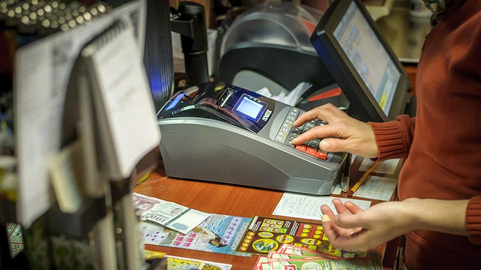 Debrecen, 2014. január 7.Online pénztárgép egy debreceni üzletben 2014. január 7-én. A Nemzetgazdasági Minisztérium azt javasolja a pénztárgép-cserét figyelemmel kísérő munkabizottságnak, hogy a Nemzeti Adó- és Vámhivatallal online adatkapcsolatra képes gépekre való átálláshoz biztosítandó állami támogatás igénybevételének határideje január 31. legyen.MTI Fotó: Czeglédi Zsolt