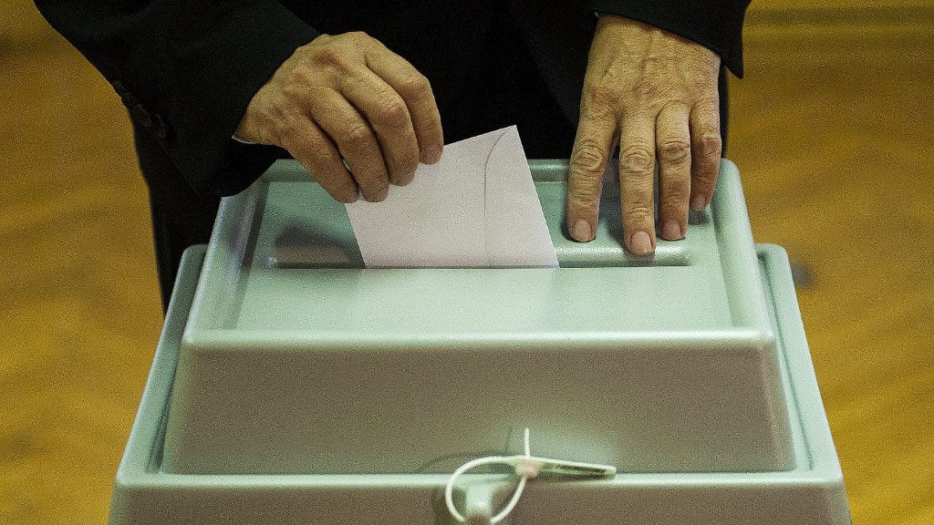 Debrecen, 2016. október 2.Egy választópolgár leadja szavazatát a debreceni Közép utcai óvodában kialakított 133. szavazókörben a kvótareferendum napján, 2016. október 2-án. A népszavazást a nem magyar állampolgárok Magyarországra történő kötelező betelepítésével kapcsolatban írták ki.MTI Fotó: Czeglédi Zsolt