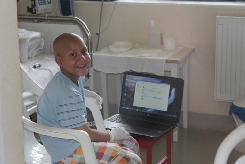 új számítógépet kapott a kisfiú (Array)